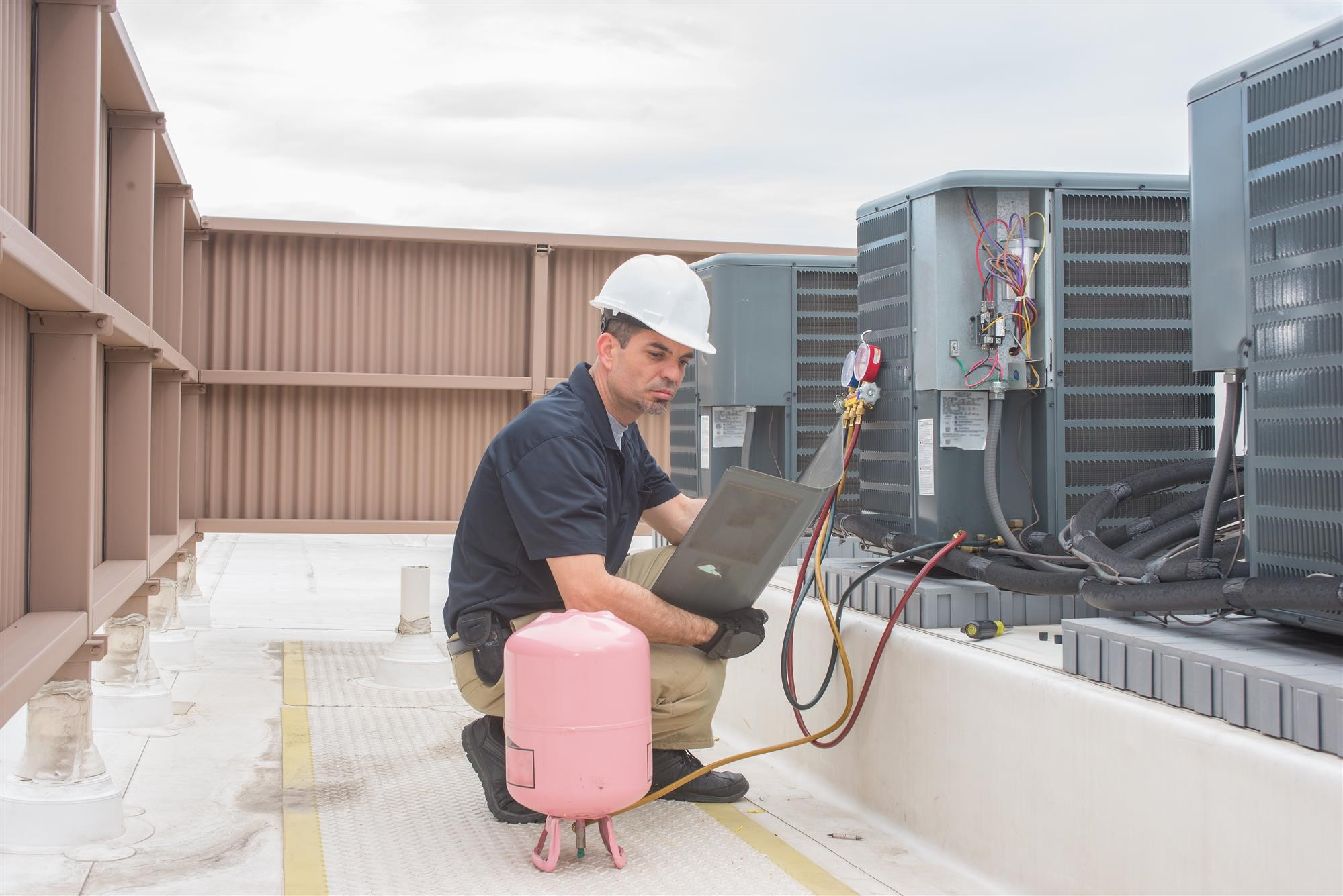 گاز موجود در کولر به چه صورتی اقدام می کند که هوای خنک را به هوا انتقال می دهد؟